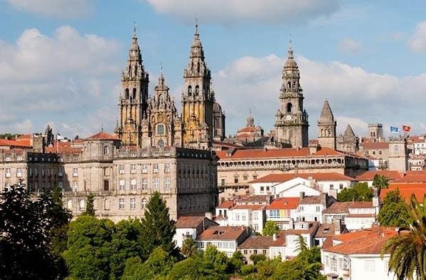 Si hay algo emblemático del Camino de Santiago es la Catedral de Compostela, donde se custodian los restos del apóstol Santiago.
