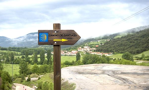 Las flechas amarillas y las conchas de vieira son todo un icono del Camino de Santiago.
