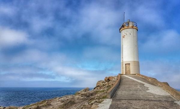 En el Camino de los Faros te sorprenderás con las diferentes tonalidades que adquiere el mar en esta costa.