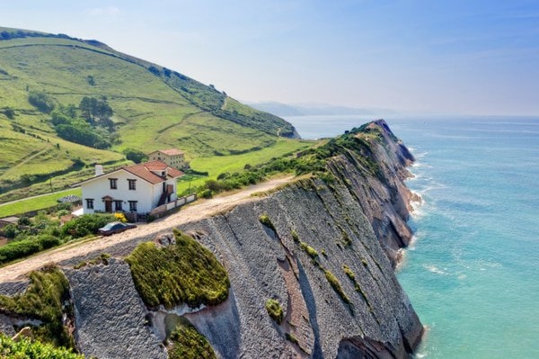 What time of year is best to do the Camino del Norte