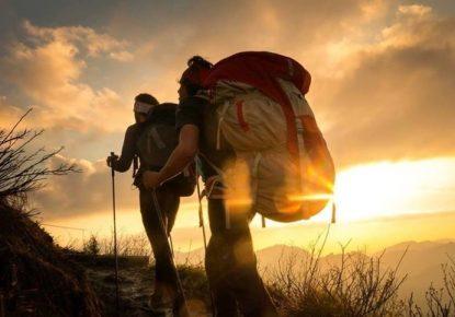 Amanecer con peregrinos y bastones de trekking