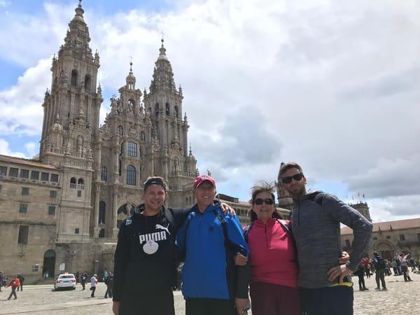 Pilgerfamilie in der Kathedrale von Santiago