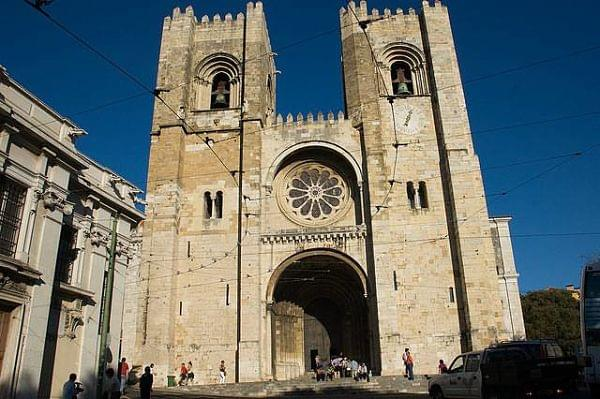 La imagen tiene un atributo ALT vacío; su nombre de archivo es Catedral-de-Lisboa-1_opt-1.jpg