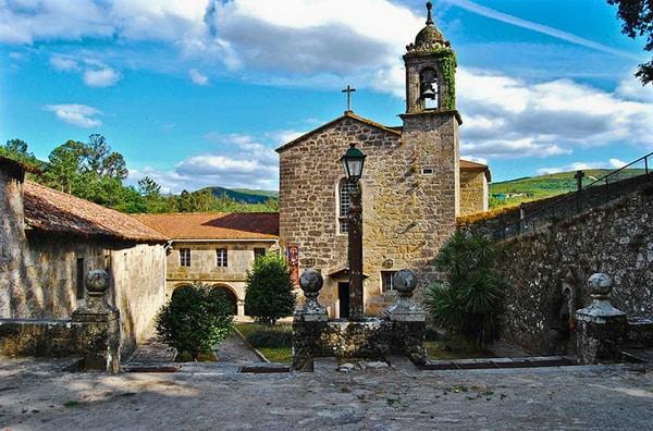 Padrón, la localidad gallega que vio llegar el barco que trasladaba los restos del apóstol Santiago, también celebra fiestas en honor al santo, el 25 de julio.