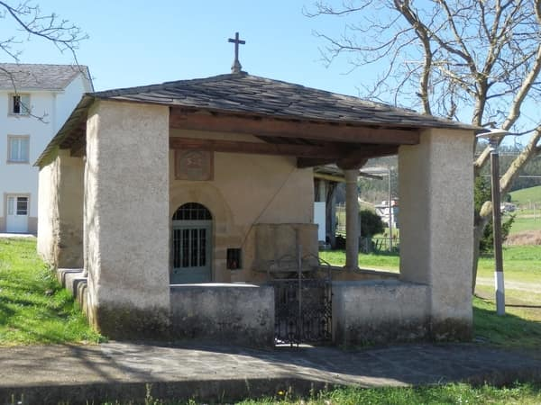 The chapel of Nossa Señora da Gracia is located in front of the pilgrim hostel of Lourenzá.