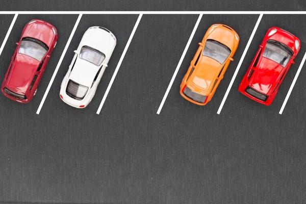 Tanto en Santiago de Compostela como en Sarria y en otros lugares de inicio del Camino de Santiago encontrarás aparcamientos de pago.