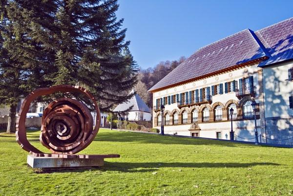 La Colegiata de Santa María es una iglesia que se remonta al siglo XII, pero que fue fuertemente reformada en el XVII.