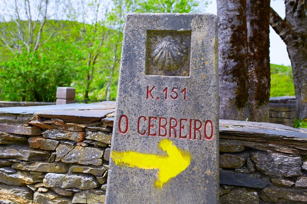 Las primeras flechas amarillas pintadas para señalizar el Camino de Santiago se encuentran cerca de O Cebreiro.