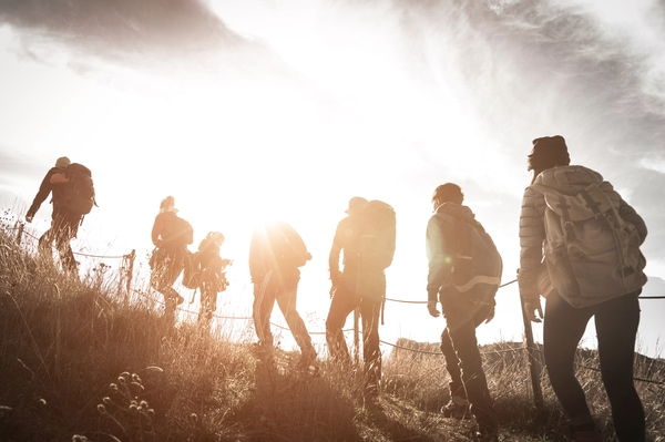 La opción más sencilla y más cómoda si quieres encontrar compañeros para hacer el Camino de Santiago es unirte a un grupo organizado.