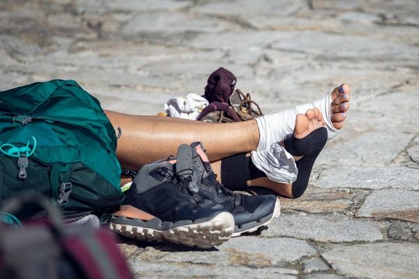Las botas deben contar con un sistema de lazado que permita ajustar el calzado al pie.