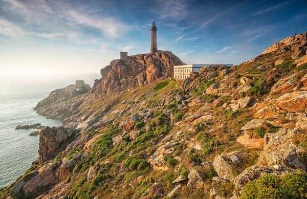 La guía del Camino de Finisterre cubre la ruta que une Santiago de Compostela con el Cabo Finisterre y Muxía.