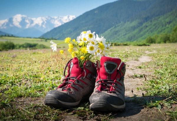 Si hay un tema que preocupa a los peregrinos es qué calzado utilizar en el Camino de Santiago.