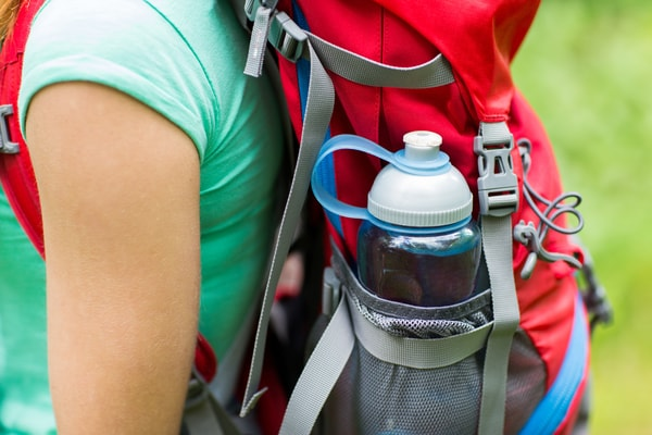 Otro de los utensilios imprescindibles, es una botella reutilizable de agua o una bolsa camelback.