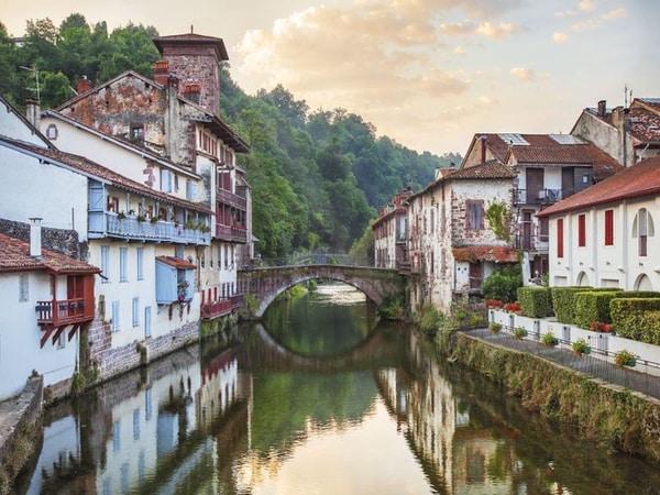 Wie sein Name sagt (Heiliger Johann am Fuße des Passes auf Deutsch) liegt dieser Ort am Fuße der Berge, die die Grenze zwischen Frankreich und Spanien darstellen.