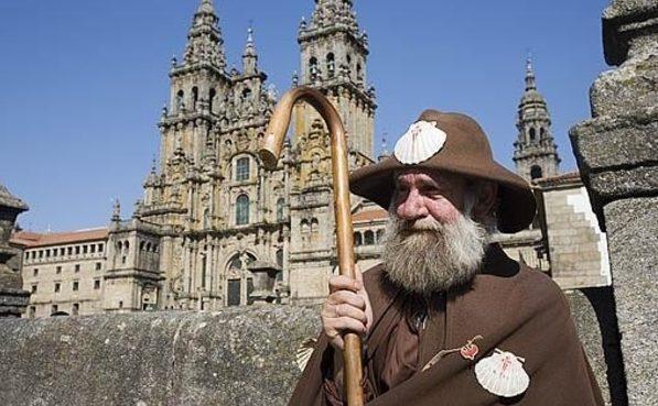 Der Pilger Zapatones neben der Kathedrale von Santiago