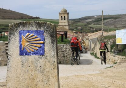 More and more pilgrims are encouraged to do the stages of the Camino de Santiago by bicycle (usually, in BTT), a fact that has given rise to a new concept: the bikegrim.