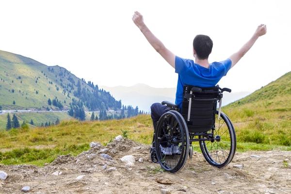 Las personas que van en silla de ruedas también deben contar con el físico adecuado para hacer frente al esfuerzo que requiere peregrinar.