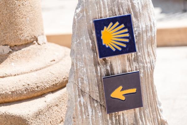 Die Symbole des Jakobsweges sind eindeutig. Wenn Sie also eine Jakobsmuschel, einen gelben Pfeil oder einen Kilometerstein sehen, wissen Sie, dass Sie richtig sind, und zwar auf dem Jakobsweg.