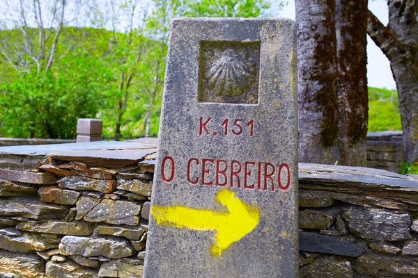 Die ersten aufgemalten gelben Pfeile zur Beschilderung des Jakobsweges befinden sich in der Nähe von O Cebreiro.