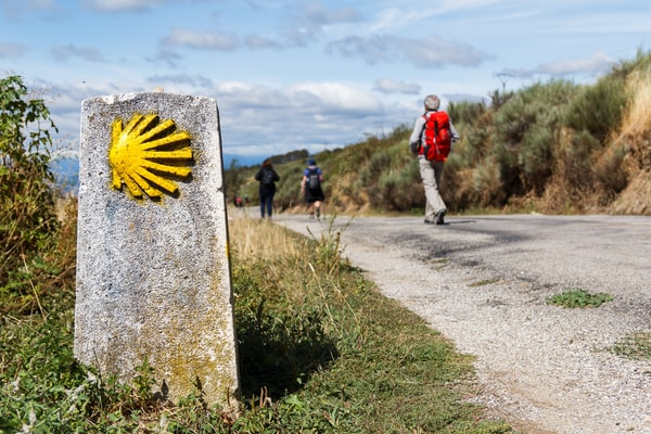 Pilger auf einem Abschnitt des Camino del Sureste, bevor er an der Unterkunft ankommt.