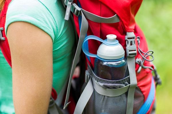 Ein weiteres unerlässliches Utensil ist eine wiederverwertbare Wasserflasche oder einen Beutel, wie die von Camelbak.