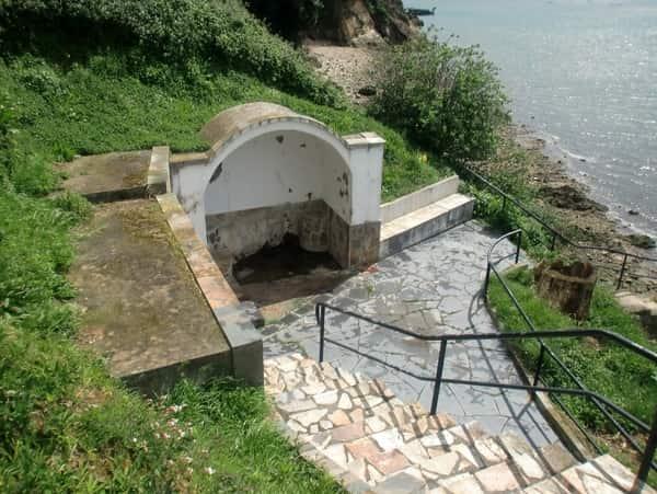 Der Brunnen Rapalacois hat seinen Namen von seiner Lage, da er sich an dem Ort befindet, an dem in der Vergangenheit verschiedene Schinkenarten vom Schlachter in feine Scheiben geschnitten wurden.