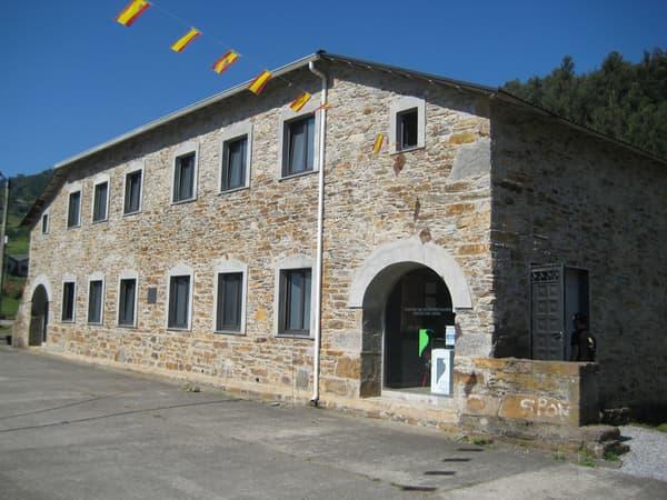 Das Informationszentrum Hoces del Esva befindet sich in Luarca. Es soll auf interaktive Weise den natürlichen Reichtum des Flussbeckens des Esva sowie den natürlichen Reichtum und das künstlerische Erbe des Tals Valle de Paredes verbreiten.