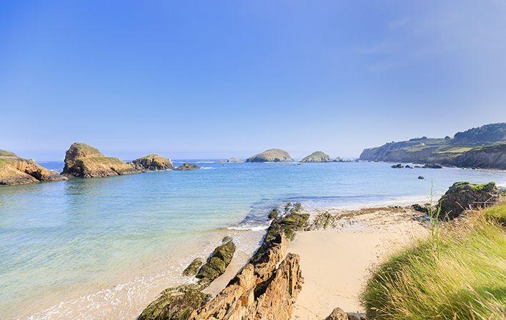 """Der Strand """"Playa de Porcía"""" zeichnet sich durch seinen feinen Sand, den Vorkommnissen an Määndern und der kleinen Insel Boy aus. Die"""